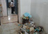 देखिए मंत्री जीः गंदगी देखी नहीं गई, सिस्टम ने सुना नहीं तो मरीज के परिजनों ने पीएमसीएच का शौचालय साफ किया